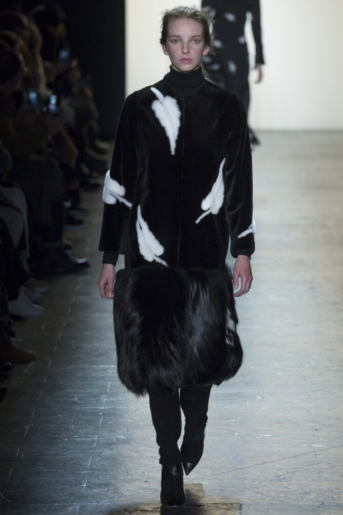 Hoạ tiết lông chim trắng nổi bật trên nền áo khoác lông đen