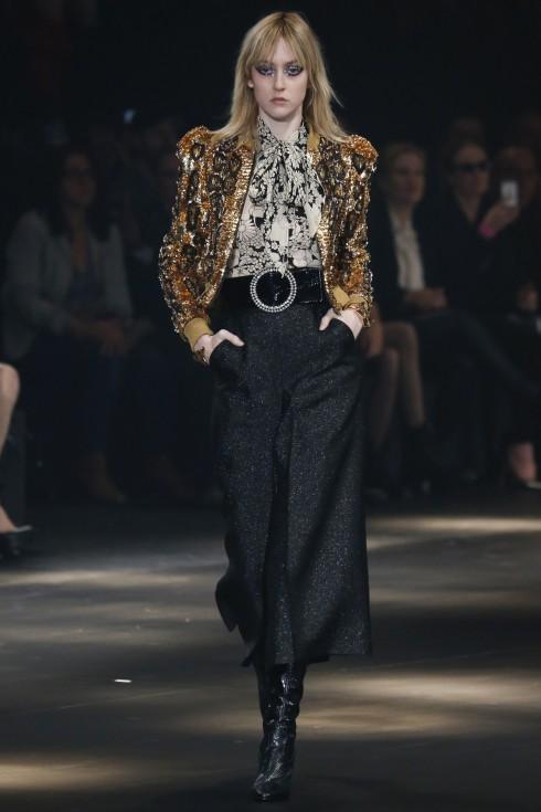 Chiếc áo jacket đính kim sa hoạt tiết da báo tinh xảo phối cùng quần culottes