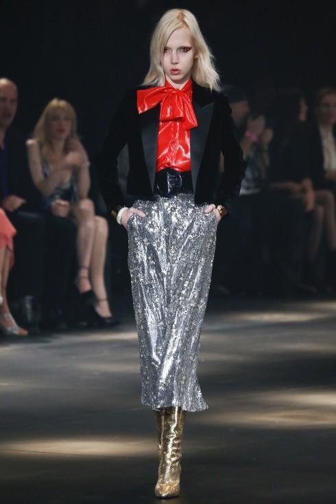 Chiếc quần culottes đính kim sa ánh bạc với hoạ tiết hoa cầu