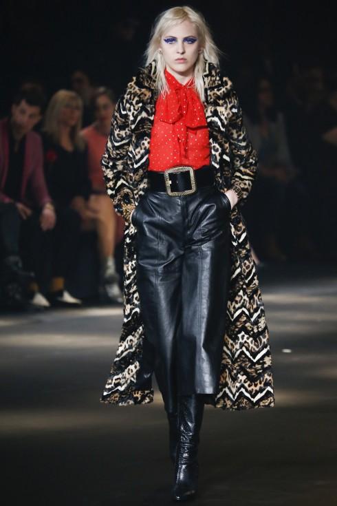 Áo khoác lông họa tiết da báo cách điệu phối cùng quần culottes da. Không khó có thể thấy mẫu quần culottes được tận dụng tối đa trong BST của Saint Laurent.
