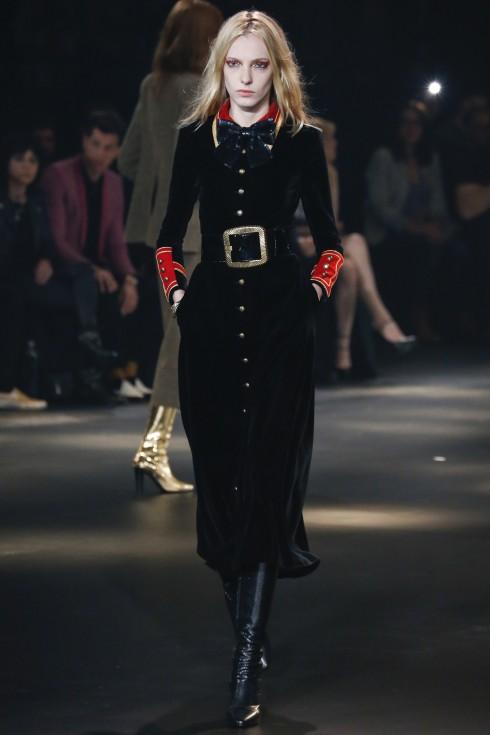 Chiếc váy nhung đen lấy cảm hứng từ áo khoác của vệ binh hoàng gia Anh đơn giản nhưng kiêu kỳ