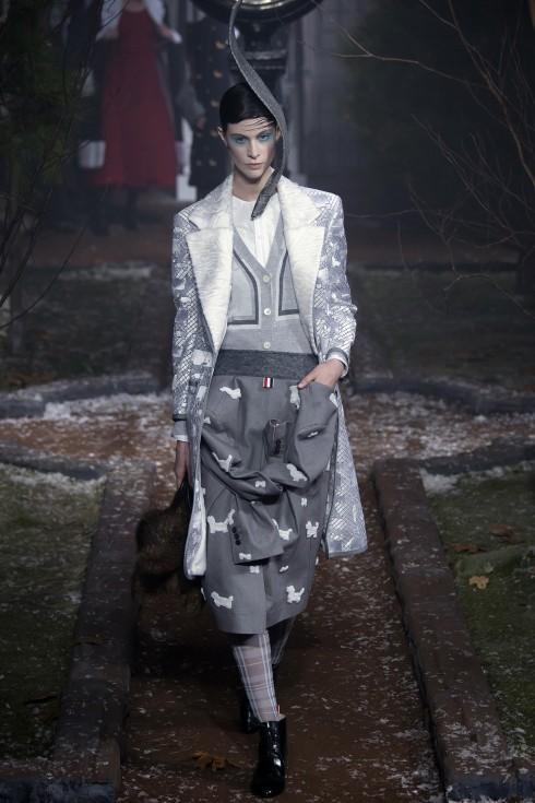 Chiếc áo blazer xám được đính hoạ tiết chó trắng được chuyển thể thành chân váy midi lạ mắt