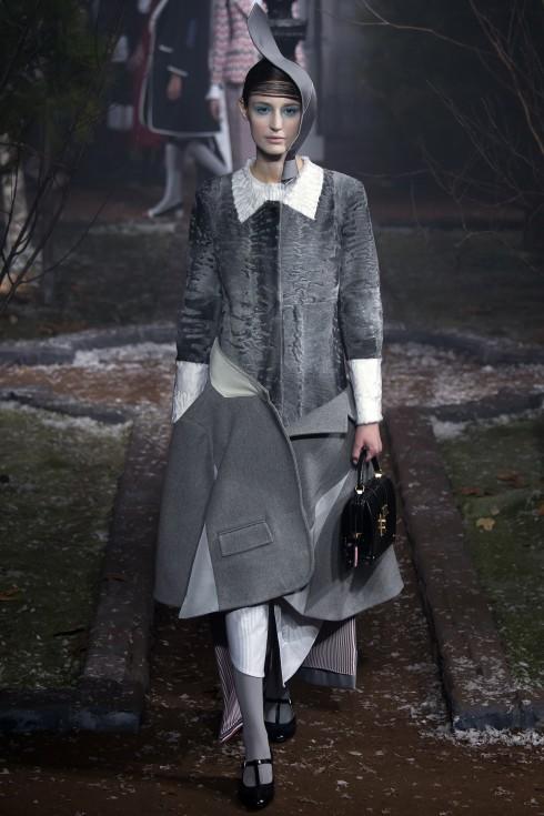 Một mẫu thiết kế nữa với áo khoác được cắt nối khéo léo thành chân váy