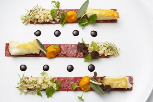 Các món ăn độc đáo được trình bày hấp dẫn.
