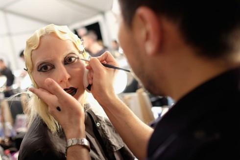Trong số đó có ca sĩ Lady Gaga. Hình ảnh hậu trường khi cô được trang điểm và làm tóc.