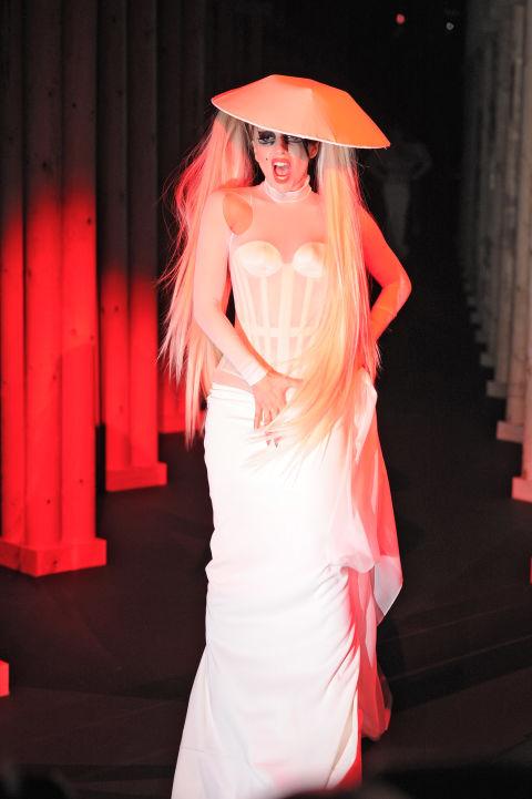 Gaga còn có mặt trong BST Mugler ra mắt lần đầu tiên bởi Nicola Formichetti tại Paris.