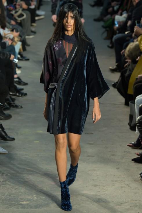 Mẫu áo kimono cách điệu với nhung ánh xanh từ 3.1 Philip lim