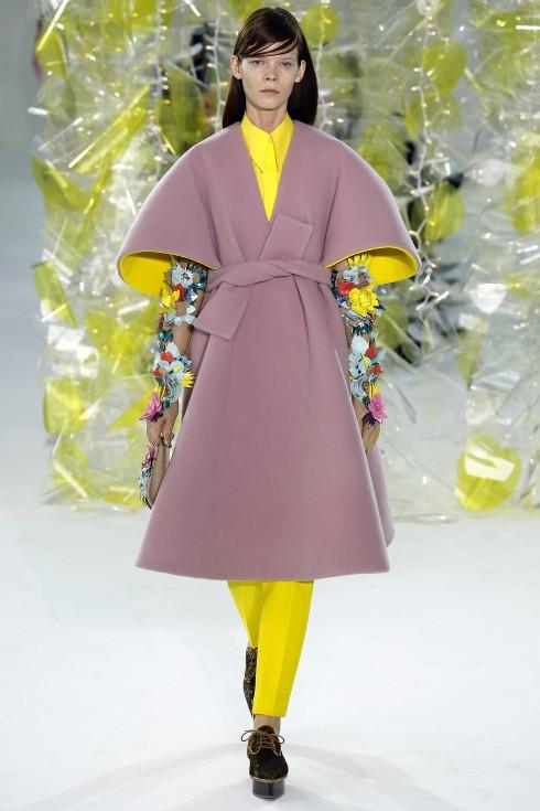 Chiếc áo khoác hồng phấn lót vàng tuyệt đẹp từ Delpozo