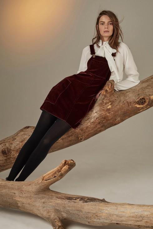 Erin Fetherston mang lại một BST hơi hướng vintage với váy yếm nhung đỏ thẫm.