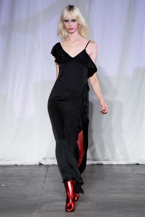 Jill Suart phối chiếc váy dài lệch vai cùng đôi bốt metallic đỏ nổi bật