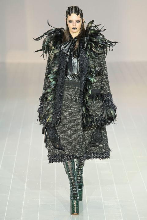 Bên cạnh lông thú, lông chim cũng được Marc Jacobs tận dụng tối đa trong những thiết kế phối cùng xám và xanh rêu