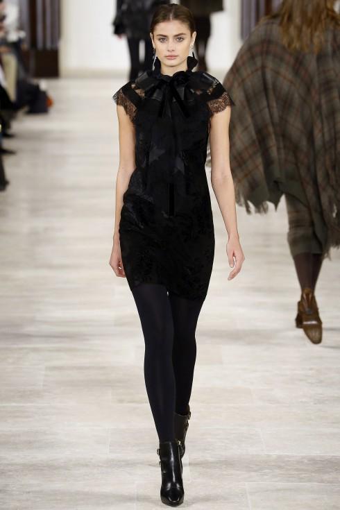Chiếc váy nhung sang trọng từ BST Thu đông của Ralph Laurent