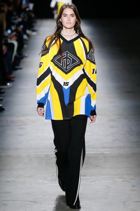 Thiết kế áo oversize kết hợp giữa xanh, trắng và vàng nổi bật