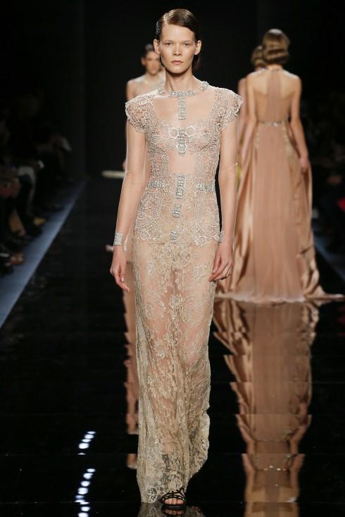 BST của Reem Acra gợi lại cho người xem nhớ tới BST Haute Couture từ Valentino cũng những chiếc váy dài bay bổng và thơ mộng.