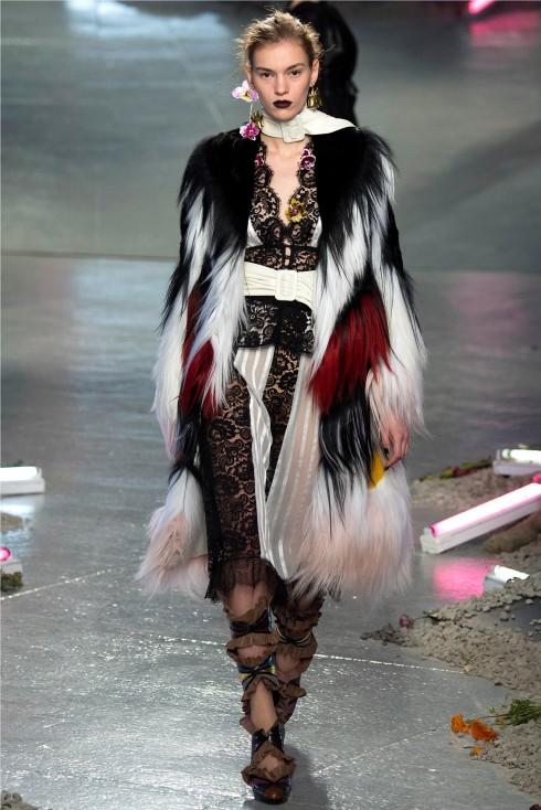 Những chiếc áo khoác lông thú pha trộn sặc sỡ cùng rất hot trong Tuần lễ thời trang New York vừa qua.