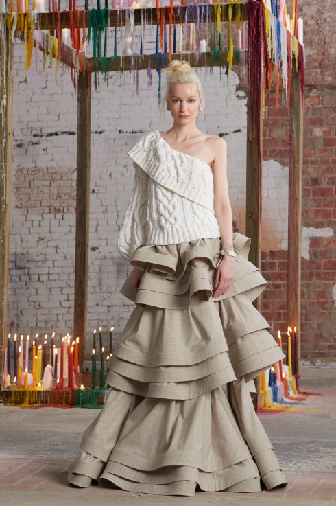 Assouline làm mới mẫu áo len vặn thừng bằng chi tiết cắt 1 vai