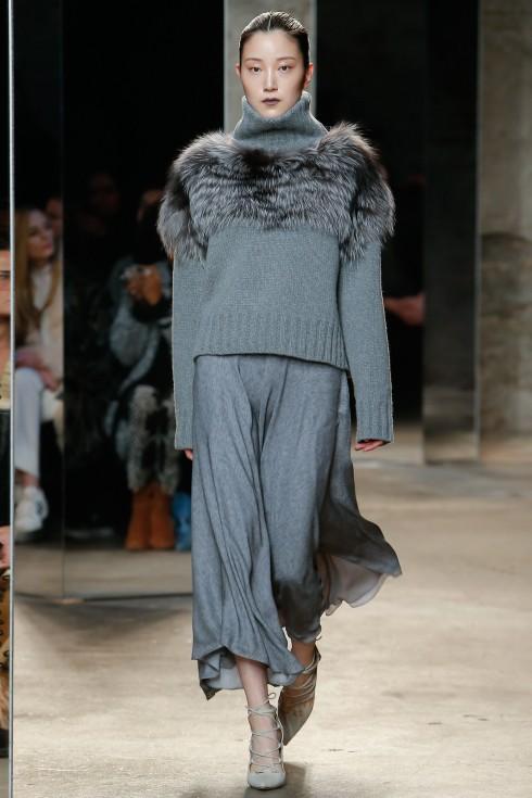 Mẫu áo len cổ lọ màu xám xanh sang trọng của Sally Lapointe