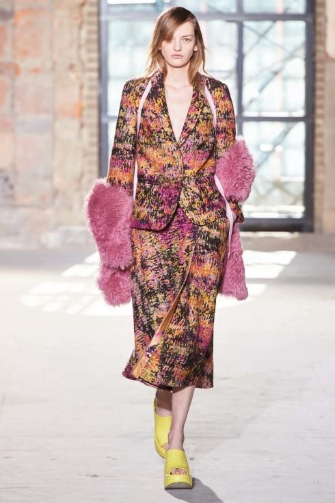 Sies Majan phối những đôi dép vàng cùng những bộ váy áo hồng ngọt ngào
