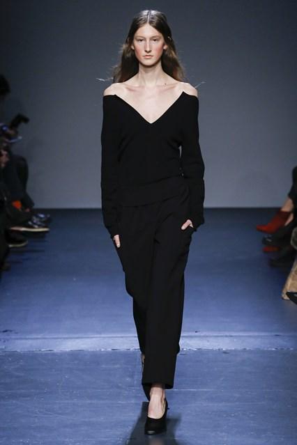 Gợi cảm cùng thiết kế áo trễ vai cùng quần đen của Zero + Maria Cornejo
