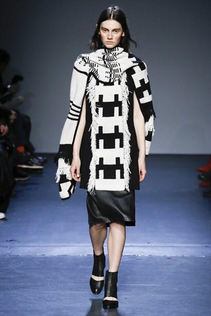 Zero + Maria Cornejo phối chiếc áo len đen trắng cùng chân váy da cá tính