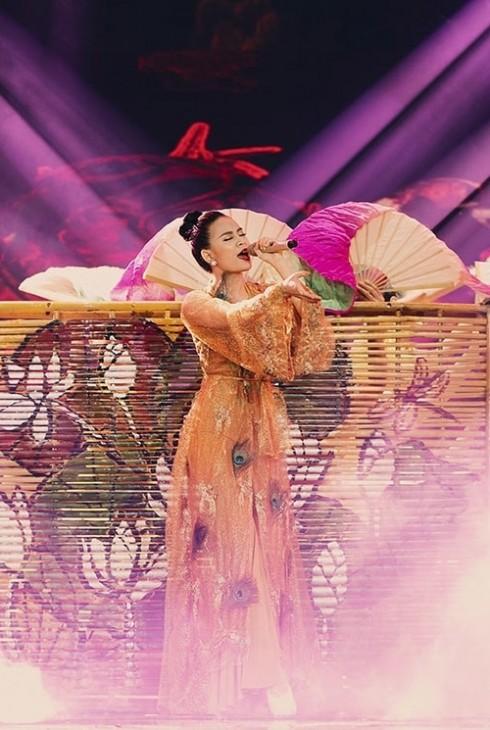 Hoàng Thùy Linh trình diễn rự tin khoe vũ đạo trên sân khấu The Remix