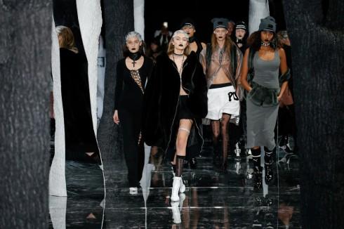Gigi Hadid làm vedette kết lại show diễn trong chiếc áo khoác lông dày và phụ kiện cá tính