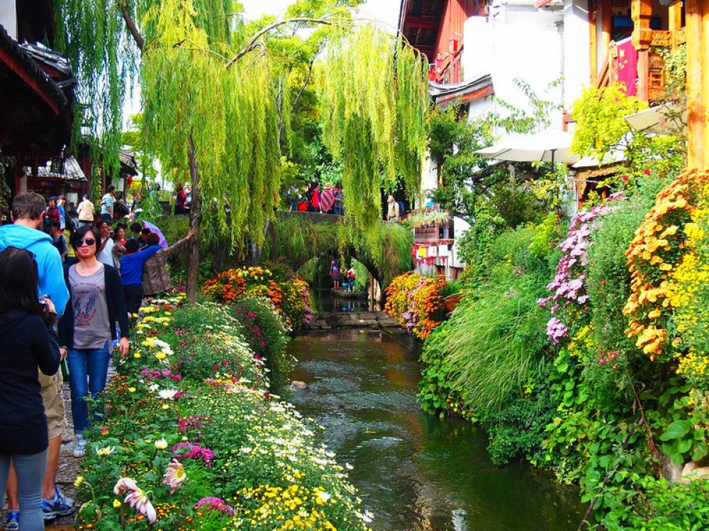 Lý Giang được chia làm 2 khu: khu phố cổ được UNESCO công nhận và khu phố mới. Người địa phương cho rằng: thị trấn tồn tạ được là nhờ nước, và nước tồn tại được là nhờ thị trấn.