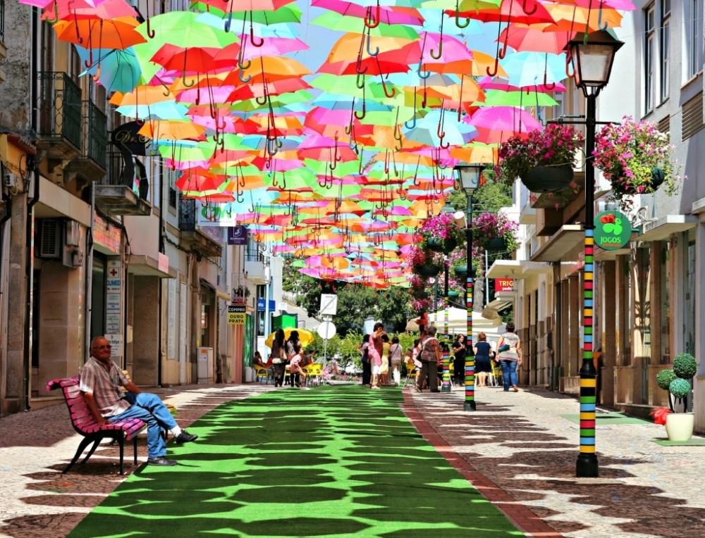 Những chiếc dù này lần đầu xuất hiện tại Agueda vào năm 2012. Những chiếc dù màu sắc này được trang trí cũng như giúp người đi bộ tránh khỏi cái nắng gắt ở Bồ Đào Nha.