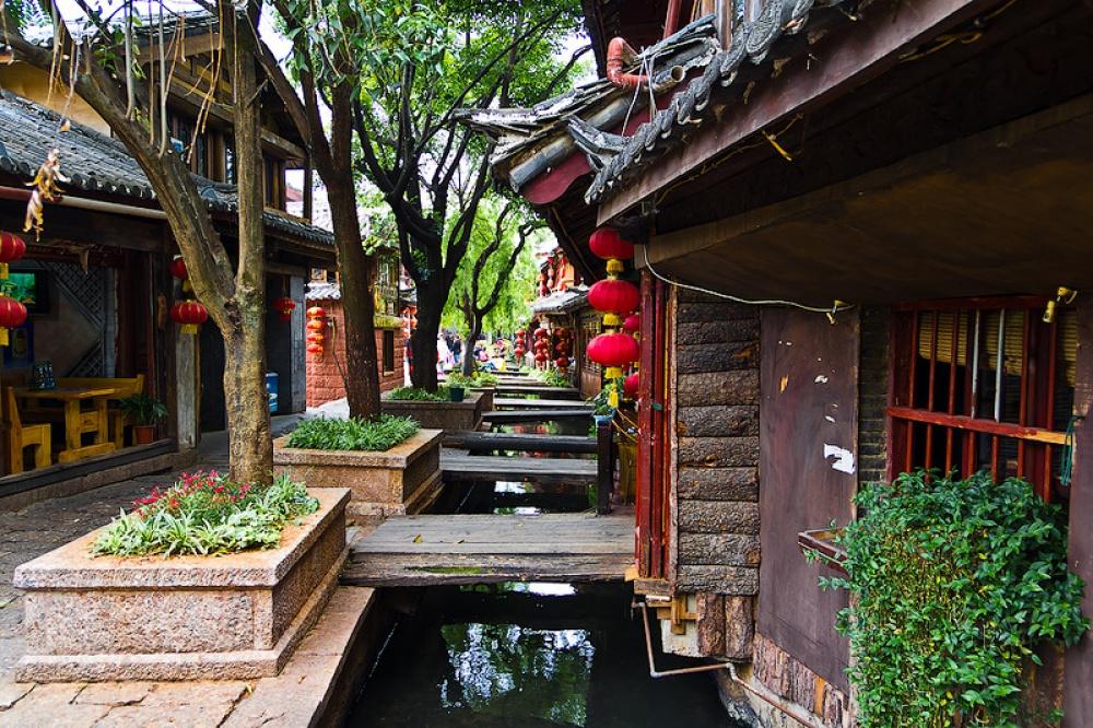 Có rất nhiều chiếc cầu tinh tế, những con đường sỏi đá hay những kênh nước nhỏ. Thị trấn này có những con đường đẹp hòa quyện giữa thiên nhiên và con nguời.
