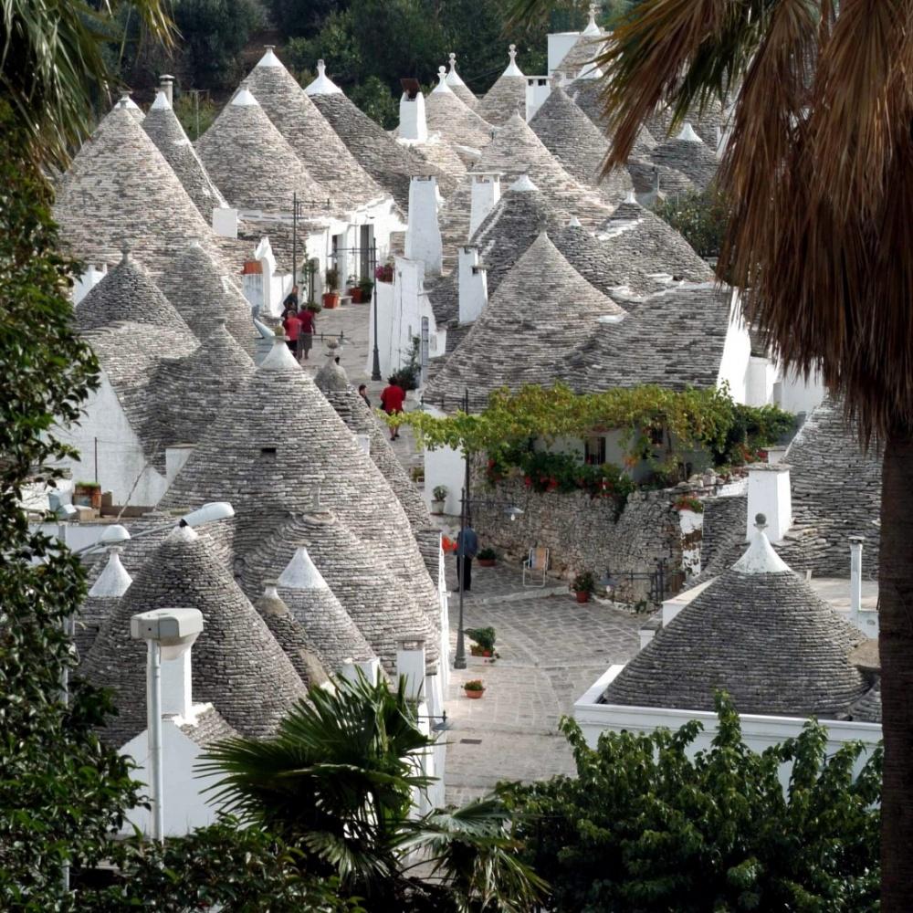 Thành phố nổi tiếng với những căn nhà Trulli trắng cùng mái hình chóp đồng đều. Điều đặc bệt nằm ở kiến trúc ngăn xếp của những ngôi nhà, chỉ cần bạn lấy một hòn đá ra khỏi tổng thế thì nó sẽ chỉ còn là một bãi đá.