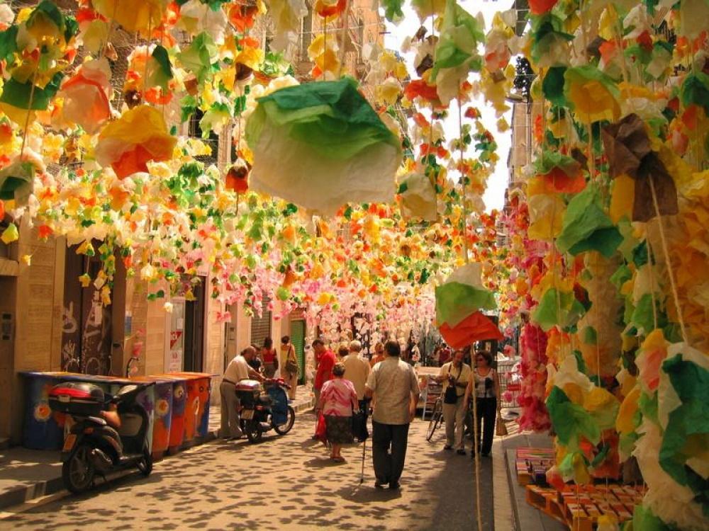 Vào tháng 8, con đường này ở Barcelona như thể trở thành con đường lễ hội. Các con đường sẽ cạnh tranh nhau về vể đẹp và sự sặc sỡ.