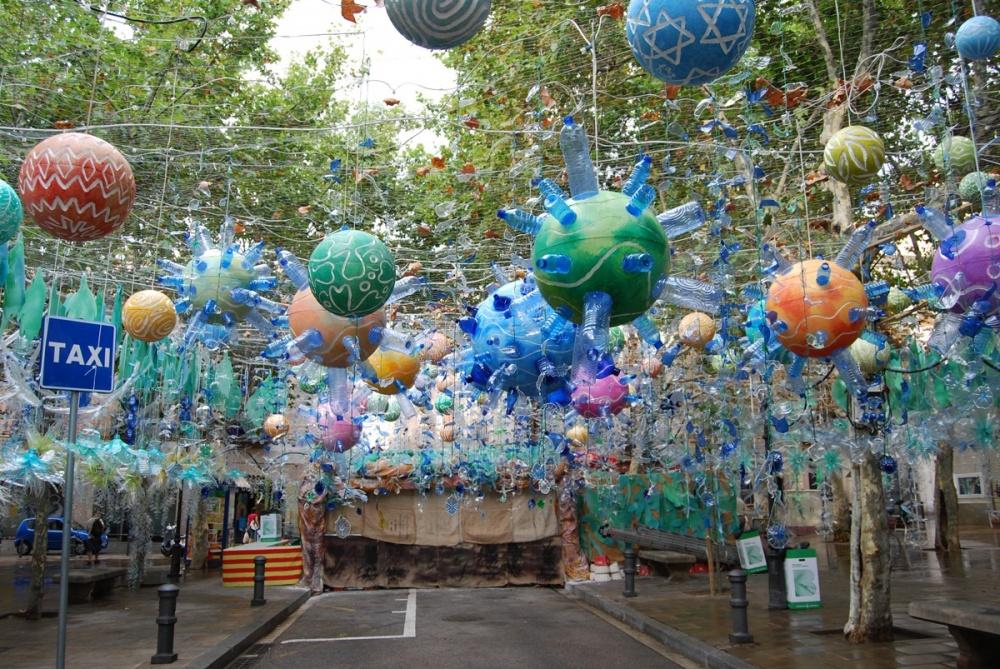 Người dân địa phương trang trí con đường bằng những vật liệu tái chế. Mỗi con đường đều có đặc điểm riêng. Tất cả đều được làm bằng tay với những vật dụng gần như bỏ đi.