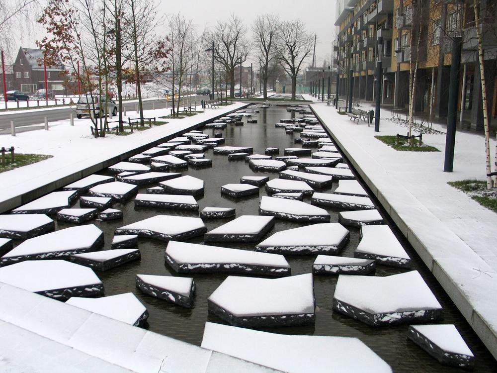 Năm 2000, một nhà chứa pháo đã nổ khiến 650 căn nhà và con đường chịu thiệt hại nặng nề. Con đường đẹp được thiết kế để tưởng niệm lạ sự việc. Mùa đông con đường như những tảng băng trôi.
