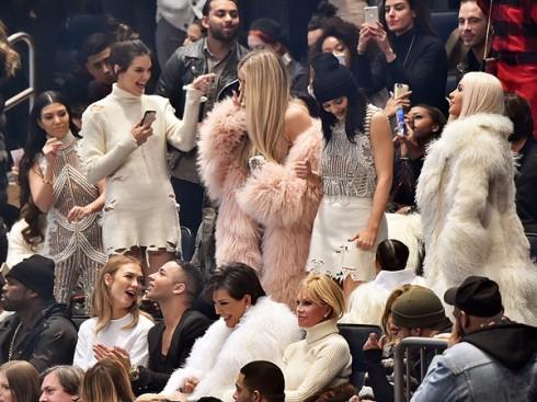 Dàn người mẫu nổi tiếng xuất hiện trên khán đài