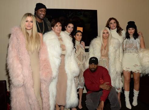 Đúng như dự đoán, gia tộc Kardashian-Jenner lại có cơ hội để xuất hiện một cách hoành tráng. Các người đẹp diện trang phục theo tông màu trắng ngà từ bộ sưu tập độc quyền Balmain x Yeezy.