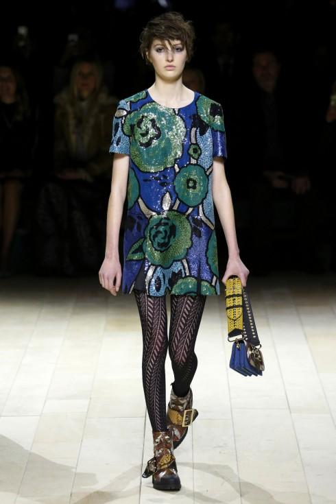 Bên cạnh đó, những chiếc váy được thêu kim sa cầu kỳ và rực rỡ phối cùng quần tất họa tiết xương cá và túi xách cá tính cũng là điểm nhấn trong BST của Burberry
