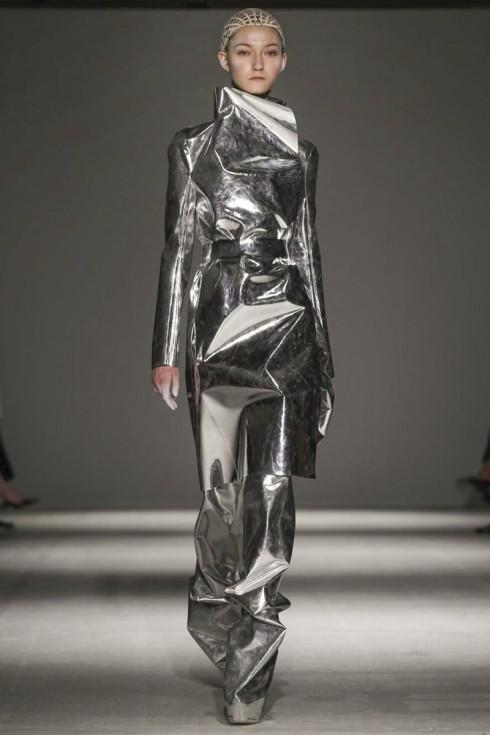 Một mẫu váy ánh bạc gắn liền với Lady Gaga
