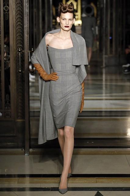 Đặc trưng trong những thiết kế của Pugh là tôn lên đường cong của người phụ nữ. Những chiếc váy xám kẻ ô thời thượng trở nên mềm mại với những đường draping cầu kỳ