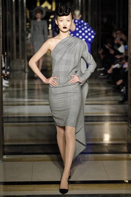 Những chi tiết draping này gợi nhớ tới phong cách thiết kế quen thuộc của Vivienne Westwood