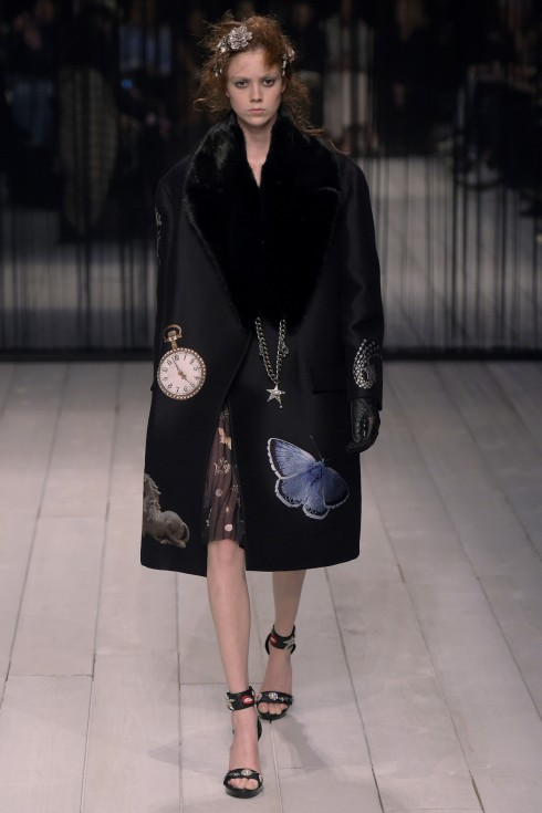 Hoạ tiết trăng, sao, đồng hồ trền nền áo khoác đen như mời gọi người xem rơi vào vòng xoáy thời gian và không gian để tới xứ sở thần tiên cùng Alice