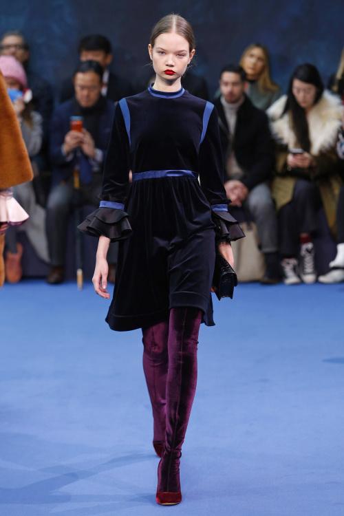Một thiết kế váy nhung từ Roksandra