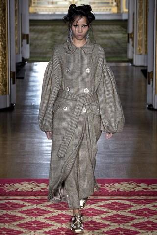 Chất vải tinsel tweed (vài tweed đan sợi vàng) đặc trưng trong các thiết kế của Simone Rocha