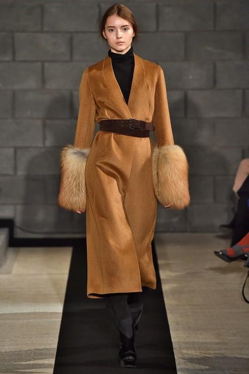 Mẫu áo khoác với cổ tay lông thú sang trọng từ Amanda Wakeley