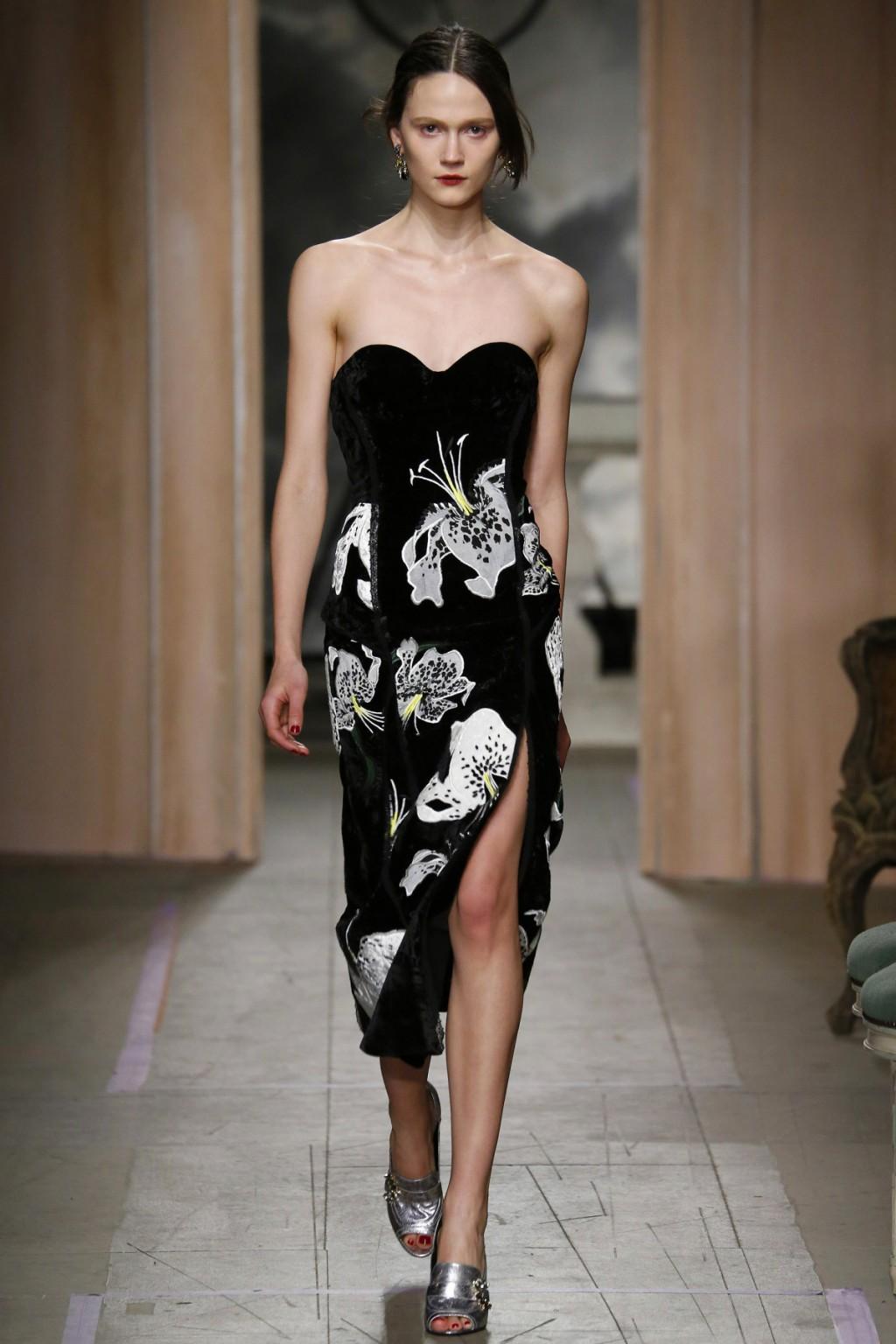 Mẫu váy nhung đen thêu hoa ánh bạc từ Erdem
