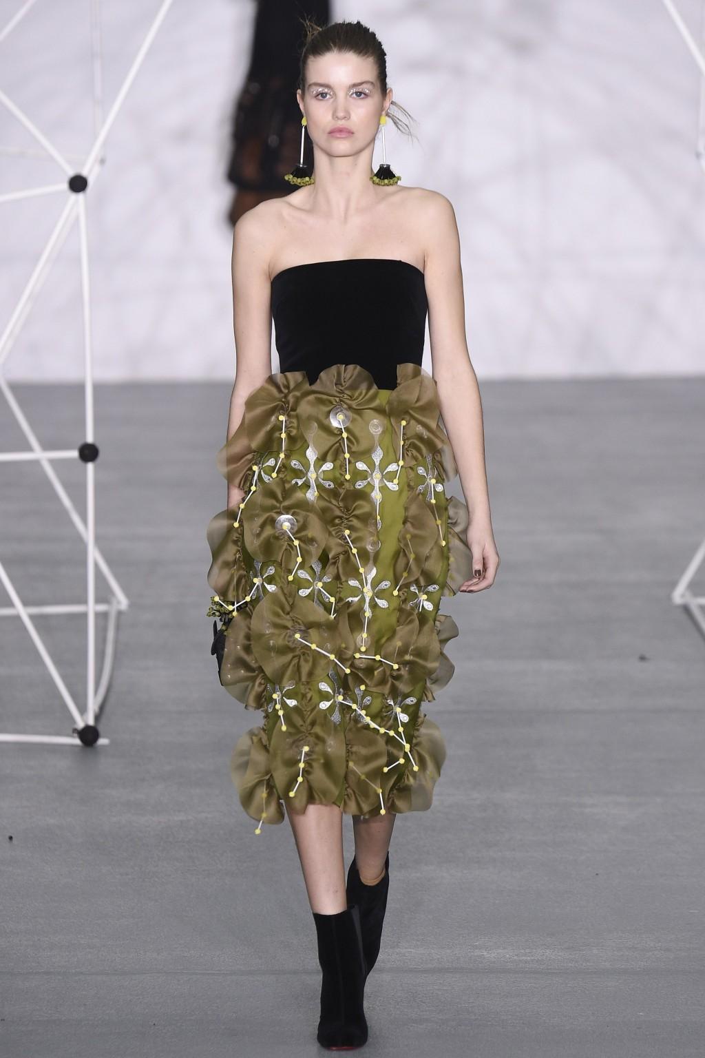 Mẫu váy nhung phối tuyệt đẹp từ BST Thu-Đông của Holly Fulton