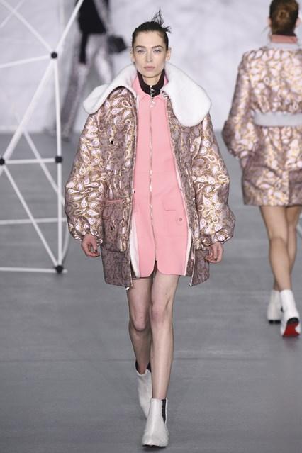 Mẫu áo khoác cổ lông bản lớn ngọt ngào từ Holly Fulton