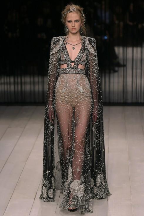 Mẫu áo cape thêu hoạ tiết trăng sao ánh kim tuyệt đẹp từ Alexander McQueen