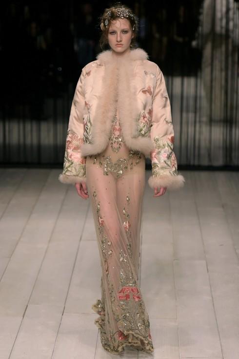 BST của Alexander McQueen nổi bật với những chiếc váy thêu đính kỳ công
