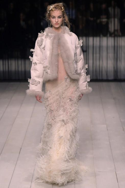 Mẫu váy của Alexander McQueen được đáp lông đà điểu sang trọng