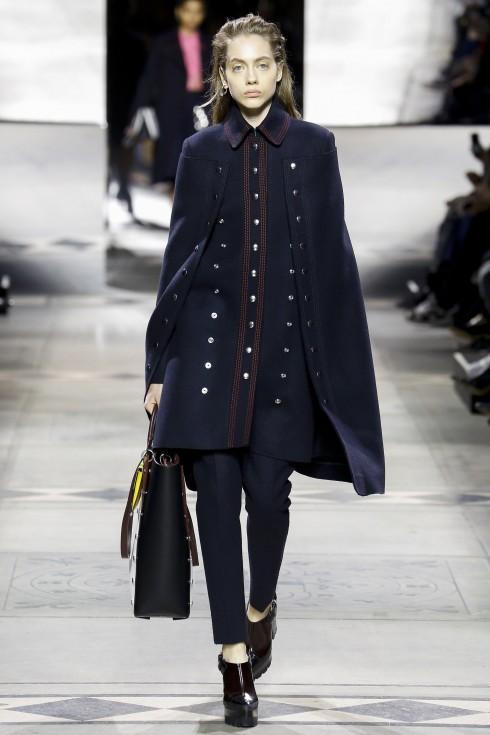 Mấu áo cape phong cách military sang trọng từ Mulberry